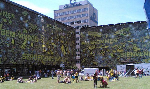 800px-2006-06-10_Dortmund_Fussball-WM_Stadion_am_Bahnhof_01