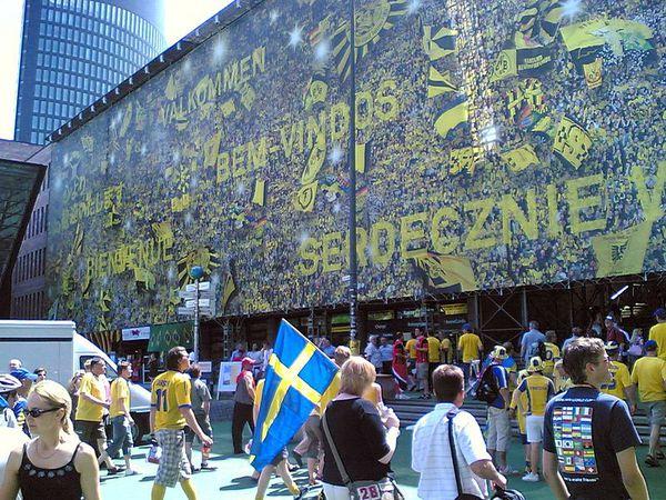 800px-2006-06-10_Dortmund_Fussball-WM_Stadion_am_Bahnhof_02